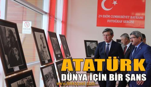 Kazak Büyükelçi, Ata'nın Fotoğraflarına Hayran Kaldı
