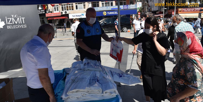 İzmit Belediyesi, Vatandaşa Binlerce Kurban Poşeti Dağıttı