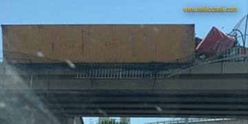 Devrilen TIR, Köprüde Asılı Kaldı