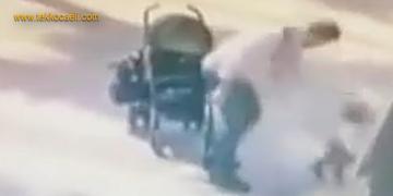 Babası, Bebek Arabasından Düşen Çocuğa Vurdu