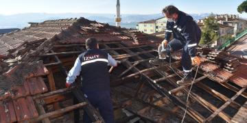 Çatısı Yanan Vatandaşın Yardımına İzmit Belediyesi Koştu