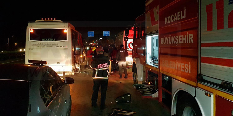 Halk Otobüsü TIR'la Çarpıştı; Yaralılar Var