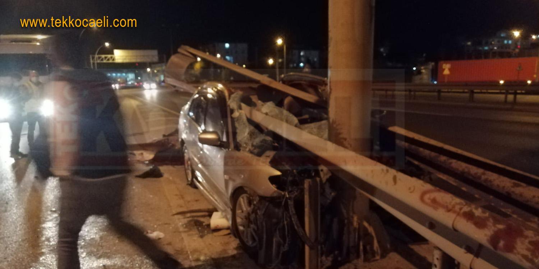 Otomobil Bariyerlere Saplandı; Yaralılar Var