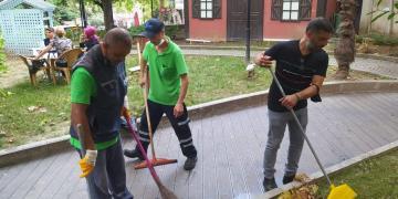 İzmit'te Amir İşçilerle Birlikte Temizlik Yapıyor